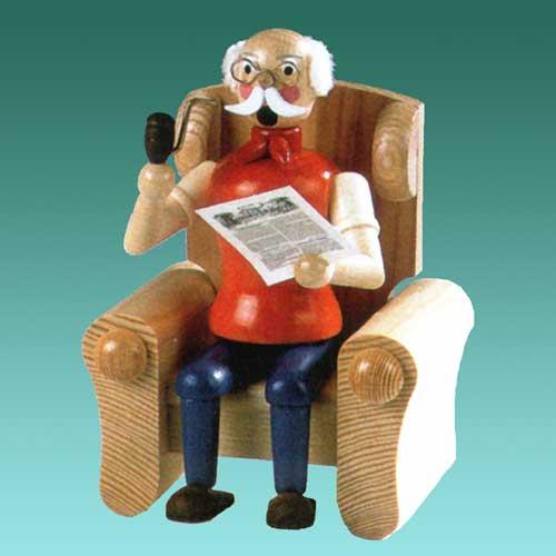 legler hodrewa opa im sessel mit zeitung opa raucht geschenkestube seiffen. Black Bedroom Furniture Sets. Home Design Ideas